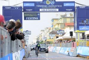 Il ciclista del MovistarTeam Adriano Malori sul traguardo della prima tappa dell Tirreno Adriatico a Lido di Camaiore, 11 del marzo 2015. ANSA/DANIEL DAL ZENNNARO